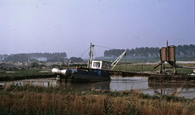 Opspuiten zand bij Spieringweg / Vijfhuizen t.b.v. omturnen tot Bollengrond, C. de Wolff-Veerman, Collectie Haarlemmermuseum de Cruquius, 2 juni 1986, fotonr. 052690.