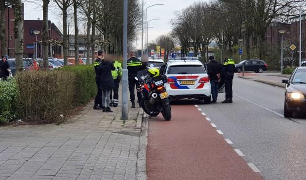 De verdachte wordt in de politieauto gezet