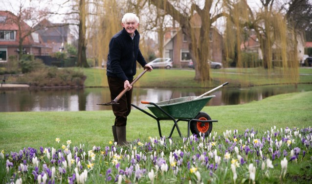 Dinus Grotenhuis aan het werk bij zijn geliefde Oranjevijver.