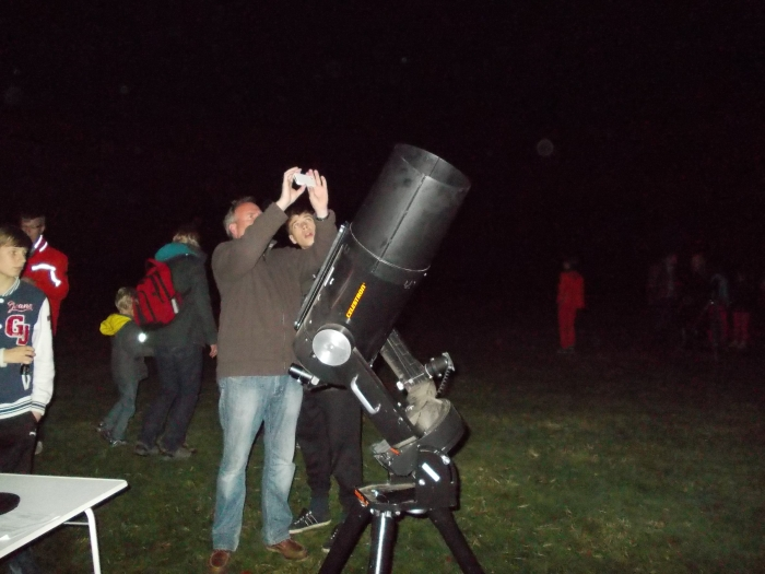 Door telescopen kijken naar sterren en planeten