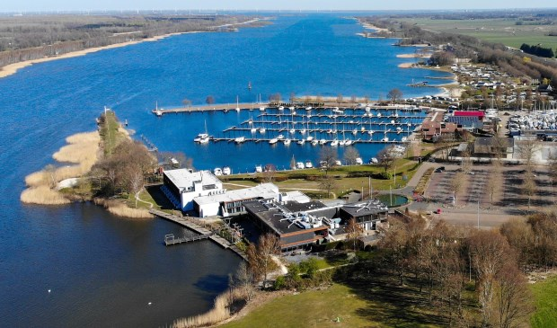 Een luchtfoto van de haven.