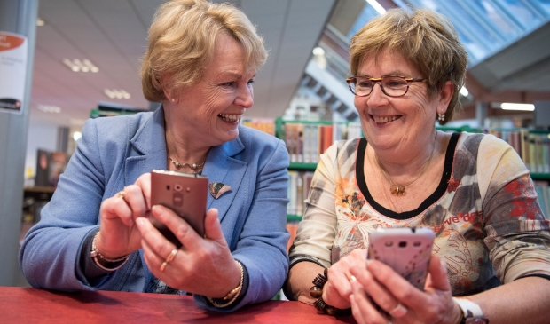 Senioren met smartphone