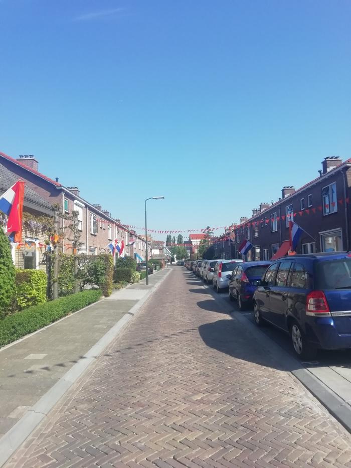 De straat is versierd.  B Vogel  © BDU media