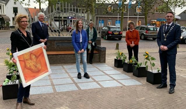 Karin Coolen, Hans Bruning, Lisa Brokers, Ginny Mulder, Lida van der Marel en burgemeester Gilbert Isabella bij het vernieuwde herdenkingsmonument
