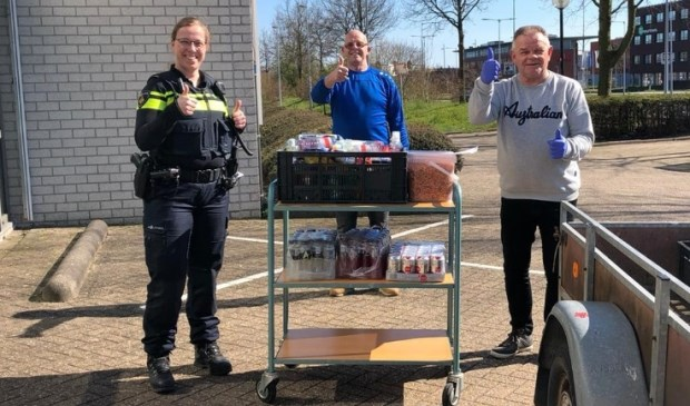 De pakketten overhandigd bij de politie in Hoofddorp.
