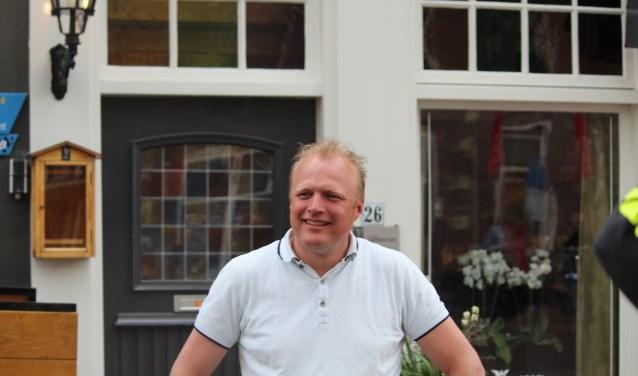 Joost Vernooij voor het gesloten café restaurant De Engel