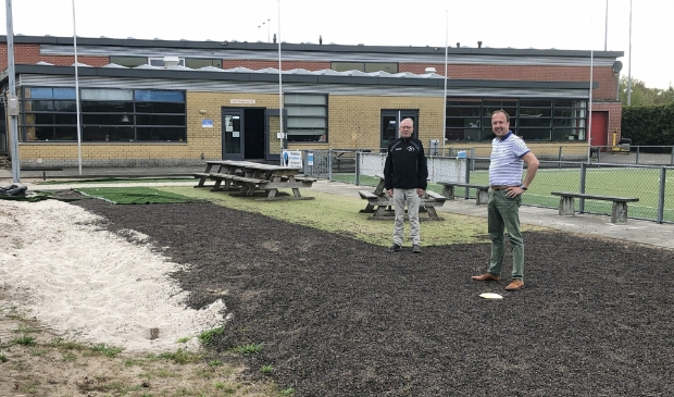 Mark Schmidt (voorgrond) en Leo de Wit rekenen erop dat binnenkort de Reehorstsporthal werkelijkheid wordt.