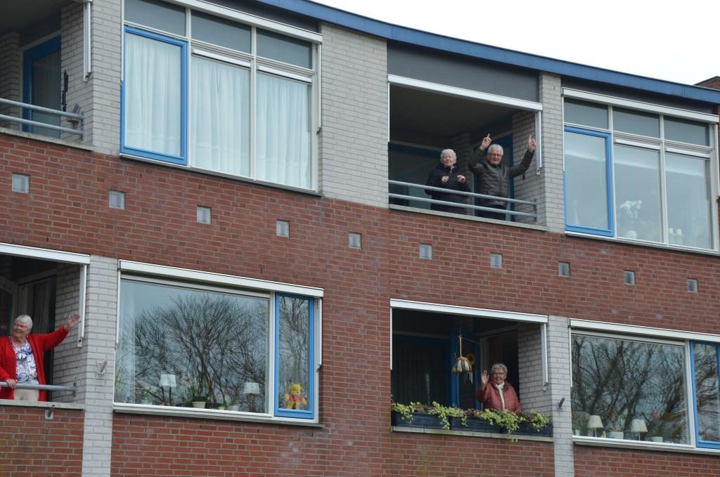 Meezwaaien op het balkon Ali van Vemde © BDU media