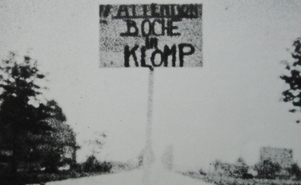Waarschuwingsbord op de Rijksweg (N224) voor de vijand (Boch/Duitser) in De Klomp. Collectie Evert van de Weerd © BDU Media
