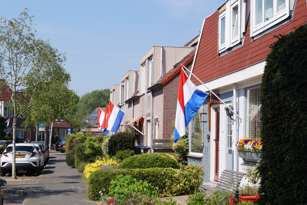 Vlaggen bij huizen in Patrimonium. (Talmastraat) Eddie de Blieck © BDU media