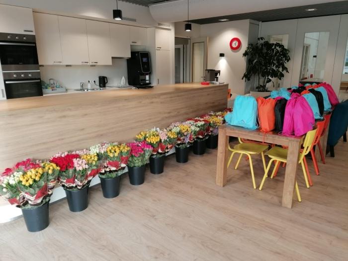 De rugtassen voor de kinderen en bloemen voor ouders staan klaar om opgehaald te worden! Esther Gooijer © BDU media