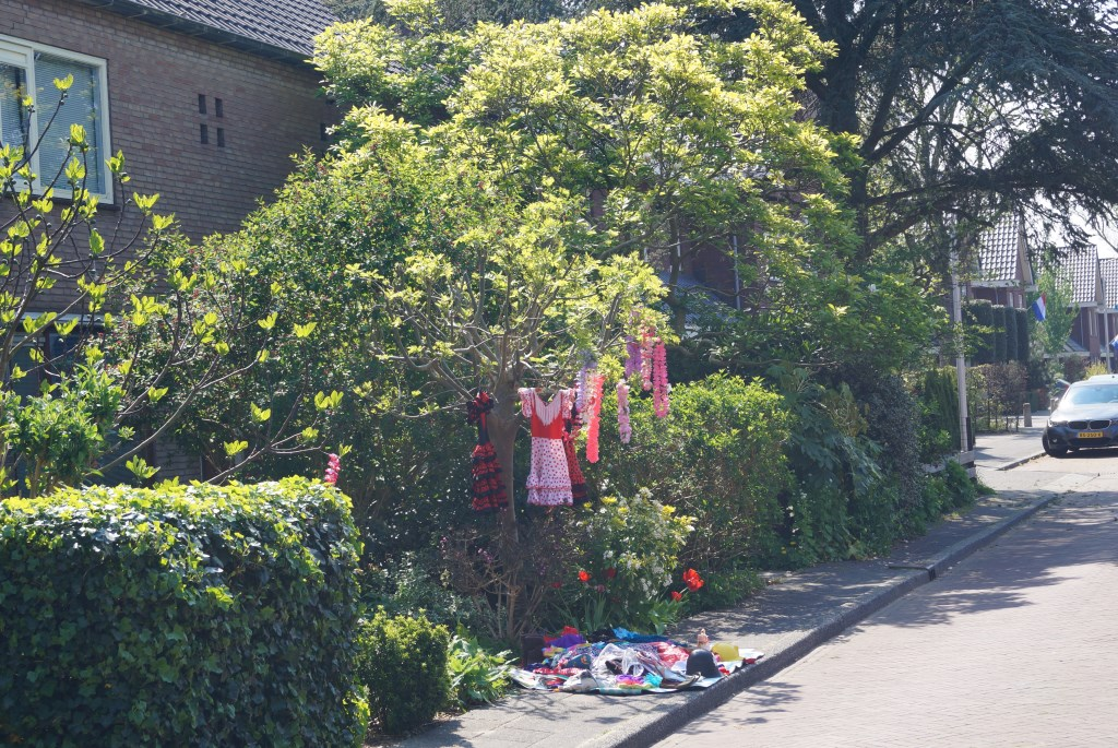 En alternatief voor vrijmarkt. Kleedje voor de deur in Bovenkerk . Eddie de Blieck © BDU media