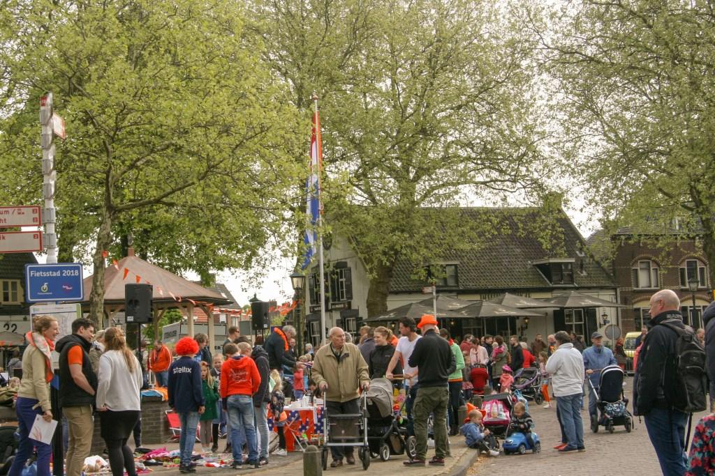 Het hijsen van de vlag op Koningsdag 2019 Oranjecomité © BDU media