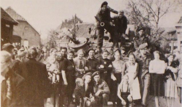 Inwoners van Lunteren vieren de bevrijding. Collectie Evert van de Weerd © BDU Media