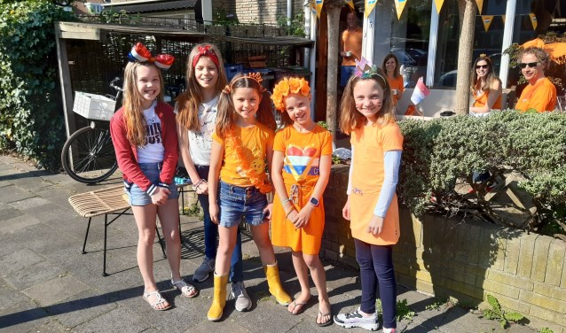 Feestelijk aangekleed voor het feestje in de tuin aan de Jan Benninghstraat.
