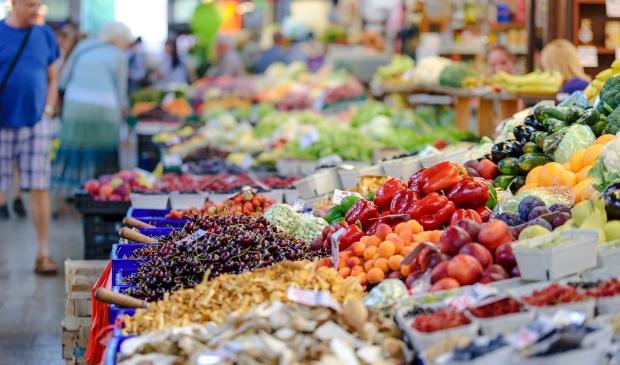 <p>Op de maandagmarkt wordt nog steeds alleen maar voedsel en bloemen verkocht</p>