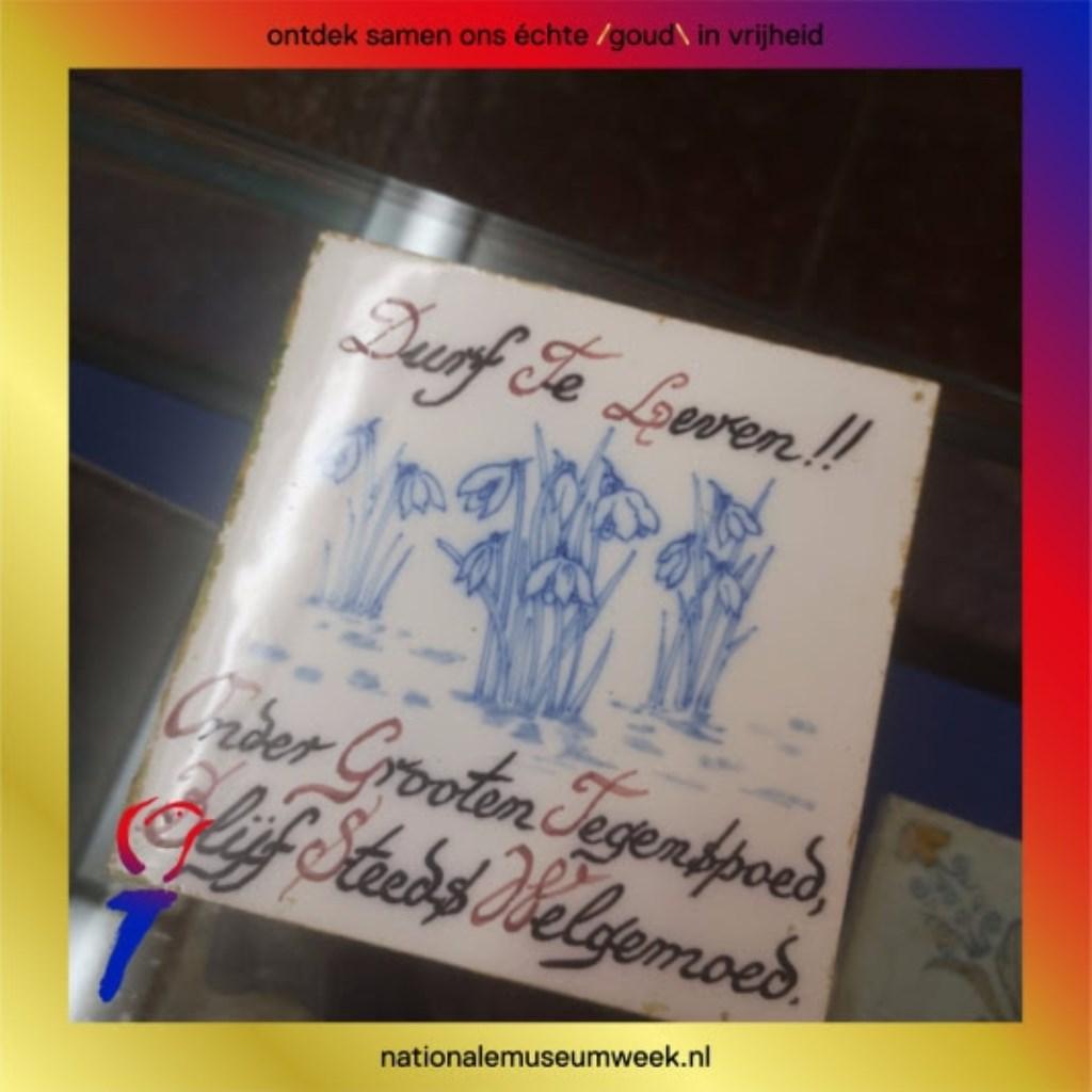 """Tegelwijsheid uit het Nederlands Tegelmuseum: """"Durf te leven!! Onder grooten tegenspoed, Blijf steeds welgemoed. Pr Nationale Museumweek © BDU media"""
