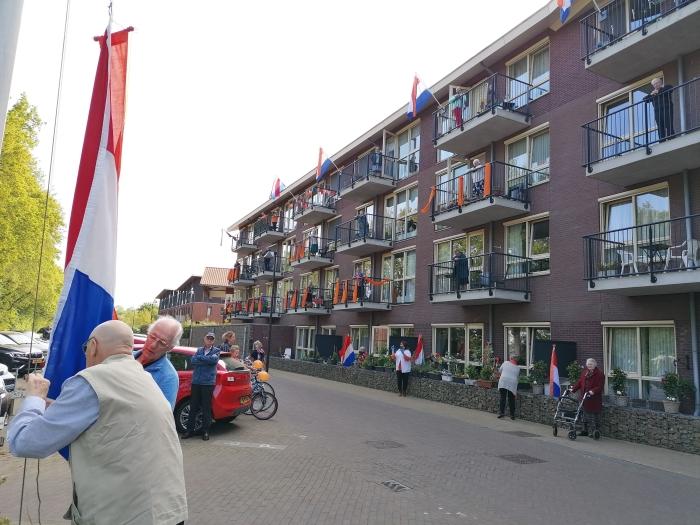 Bewoners hijsen de vlag