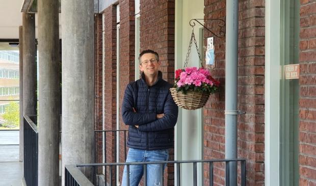 Wouter Pronk voor zijn appartement waar hij onder begeleiding woont.