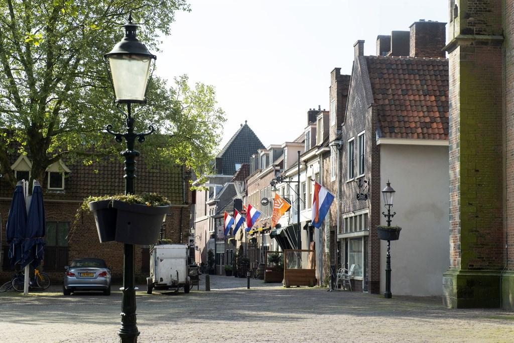 Vlaggen in de Krankeledenstraat maar geen publiek Rinus van Denderen © BDU media