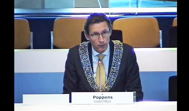 Video-opname van burgemeester Tjapko Poppens dinsdag in de kortste raadsvergadering ooit in Amstelveen.
