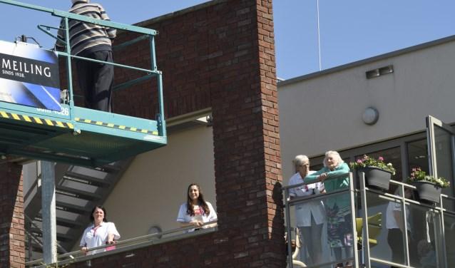 Zorggroep Noordwest-Veluwe, locatie De Schauw in Putten: Even bijpraten op hoogwerker Henk Hutten © BDU media