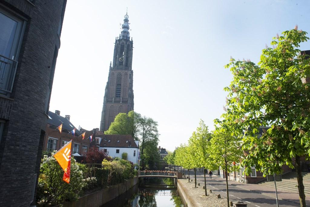 Nog even snel wat vlaggetjes ophangen op de brug in de Westsingel Rinus van Denderen © BDU media