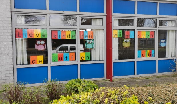 <p>&#39;Lieve kinderen, wij missen jullie&#39; plakten de leerkrachten vorig jaar na weken van thuisonderwijs op de ramen.</p>