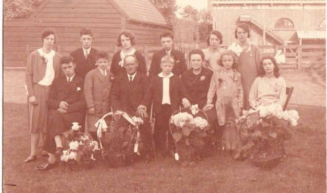 22 juni 1931. Vader en moeder Schrama zijn 25 jaar getrouwd. Rechts naast haar moeder staat Mien.