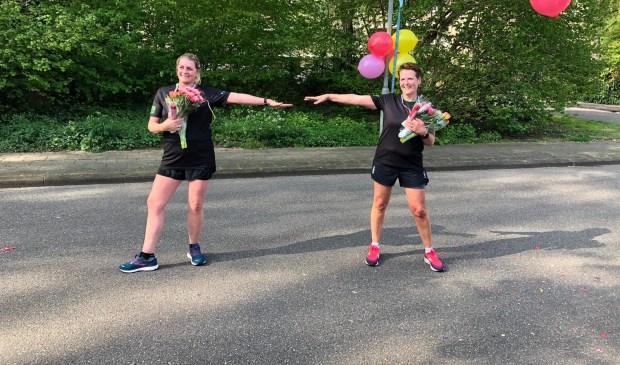 Linda van Plaggenhoef (links) en Dyana den Ouden liepen vanochtend de alternatieve Halve van Nijkerk.