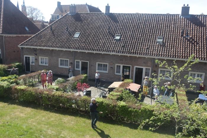 Bewoners genoten vanuit hun eigen tuintje van het optreden van Ben Cramer Herma Klein Kranenberg © BDU media