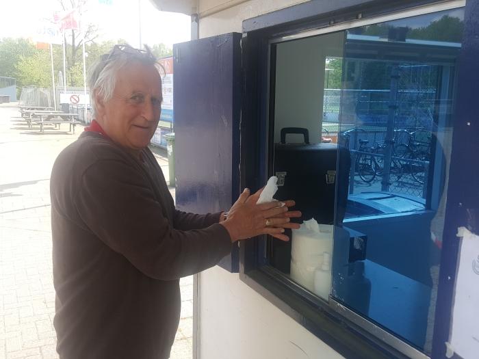 Vooraf de handen reinigen voor jeugdvoorzitter Leo Rauch Peter Beijer © BDU media
