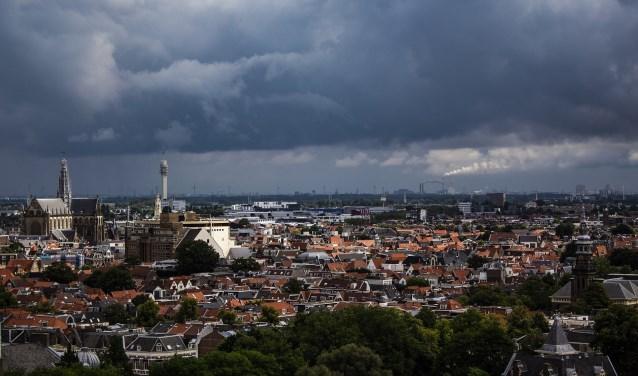 De Haarlemse huizenmarkt is totaal overspannen en de huizenprijzen rijzen de pan uit.