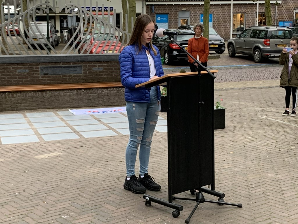 Lisa draagt haar gedicht voor Annette Stolk © BDU media