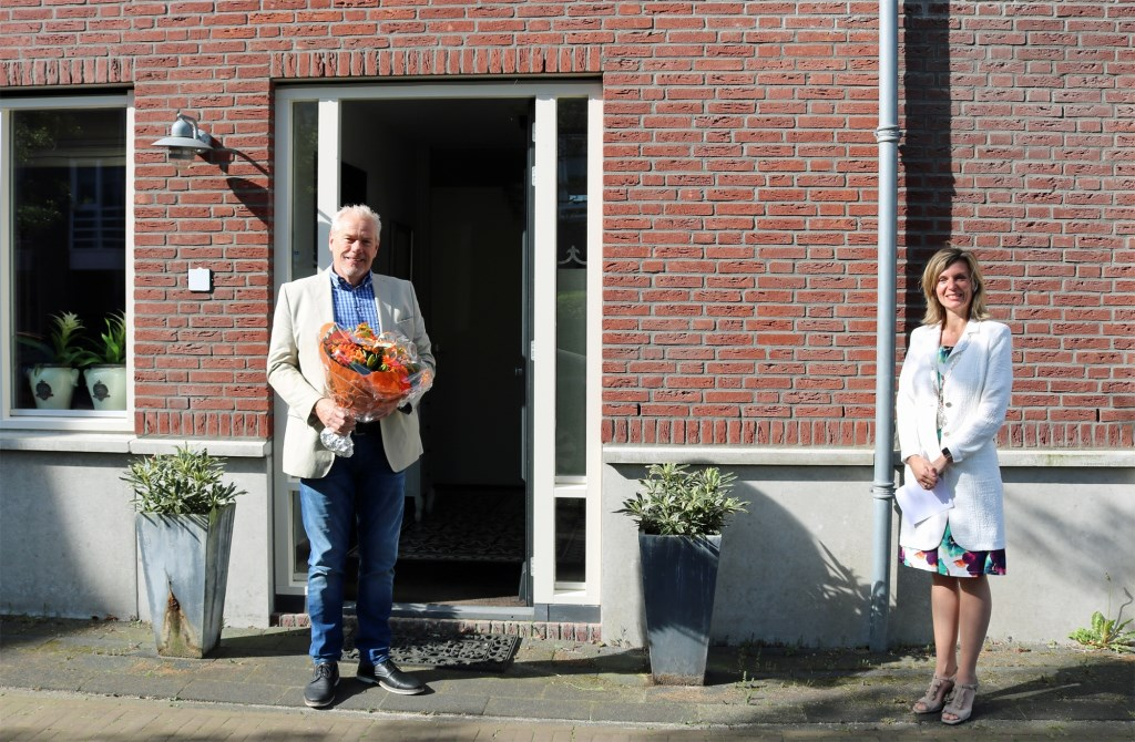 Burgemeester Langenacker op bezoek bij de heer Vaal. Gemeente Ouder-Amstel © BDU media