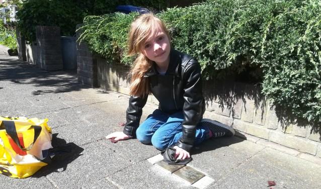 Arwen Stam (8) poetst de steentjes van de kinderen Sanders aan de Hugo de Grootstraat.