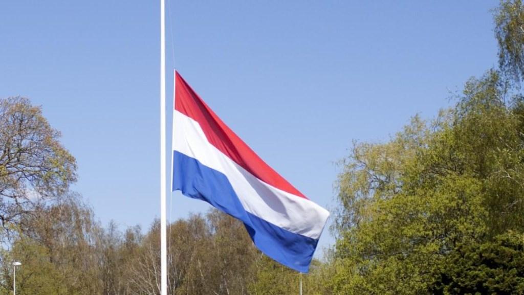 In heel Nederland hangt de nationale driekleur halfstok