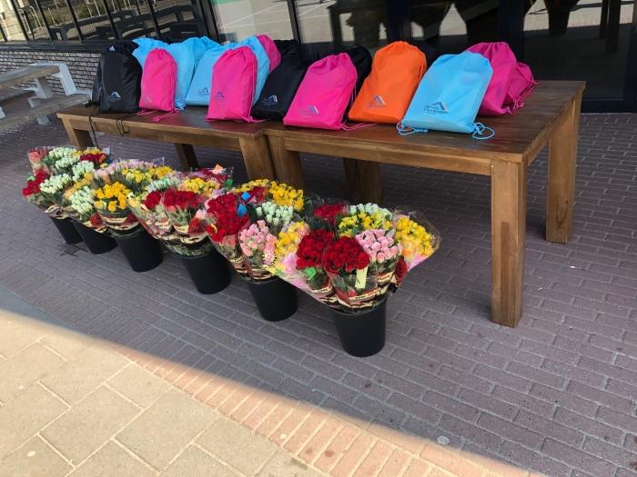 De rugtassen voor de kinderen en bloemen voor ouders staan klaar om opgehaald te worden!
