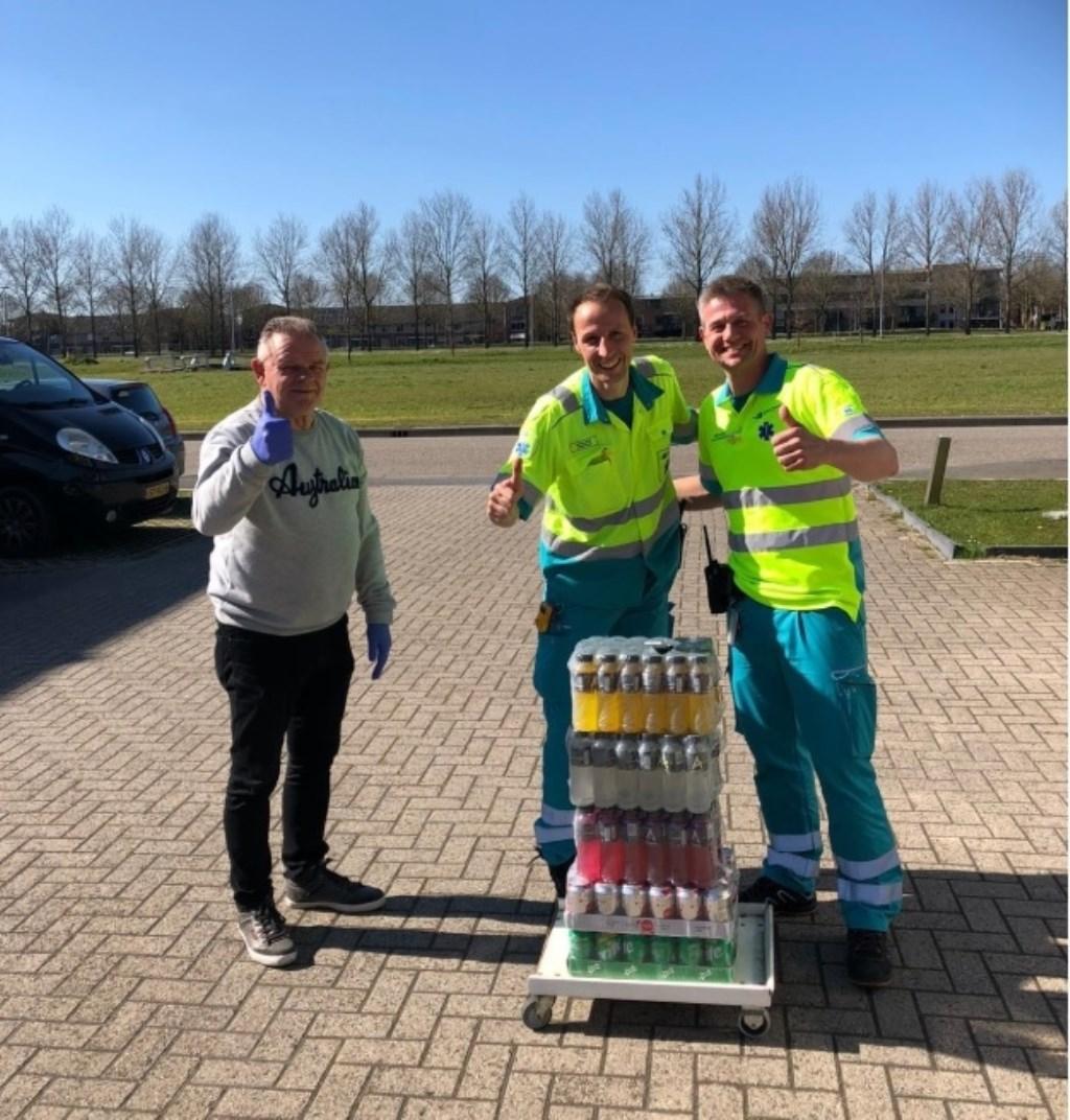 Ook de ambulancebroeders werd verrast met pakketten van SV Overbos. Eigen foto © BDU media