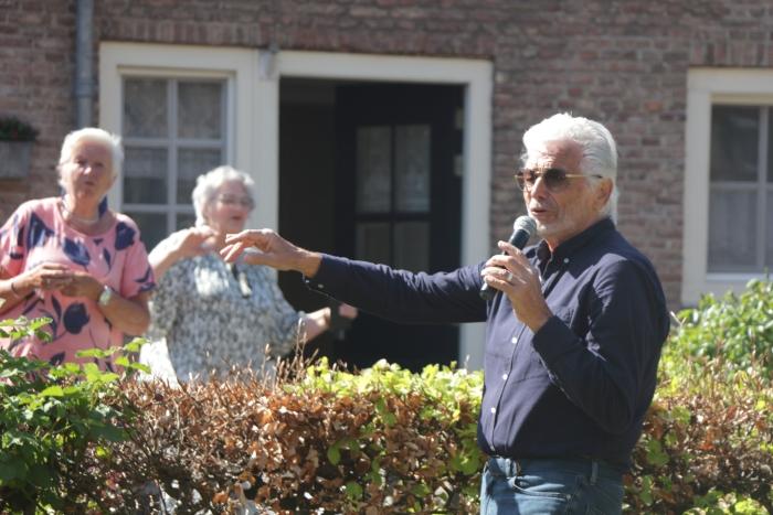Ben Cramer zingt uit volle borst voor bewoners van hofje De Armen de Poth tijdens een verrassingsconcert