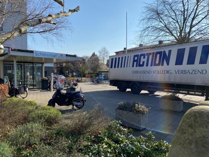 Vrachtwagen Action voor de deur van Schoterhof