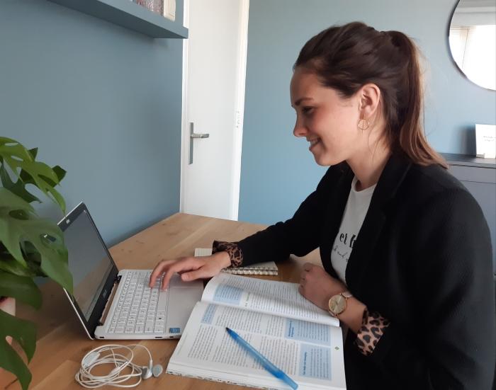 Student Jojanne van Meerveld studeert thuis voor haar opleiding Pedagogisch Werk.
