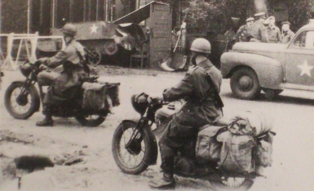 Motorrijders bij Hof van Gelderland in Wageningen bij de vernielde carrier van korporaal Dewe. E. v.d. Weerd © BDU Media