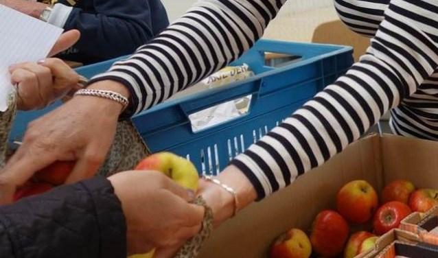 Uitdelen in de voedselbank (archieffoto van voor de corona-uitbraak).