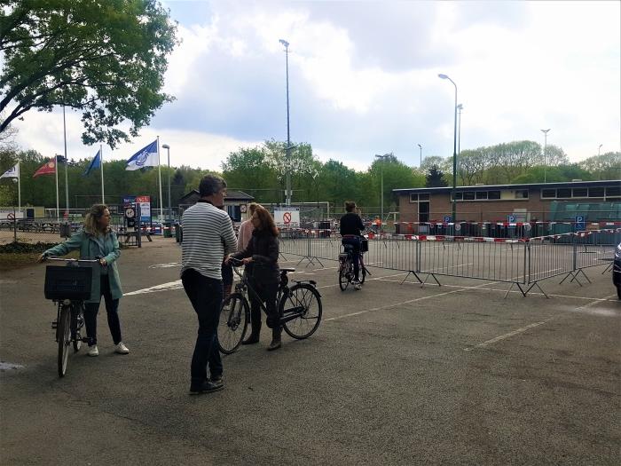 Ouders moesten buiten het hek wachten Peter Beijer © BDU media