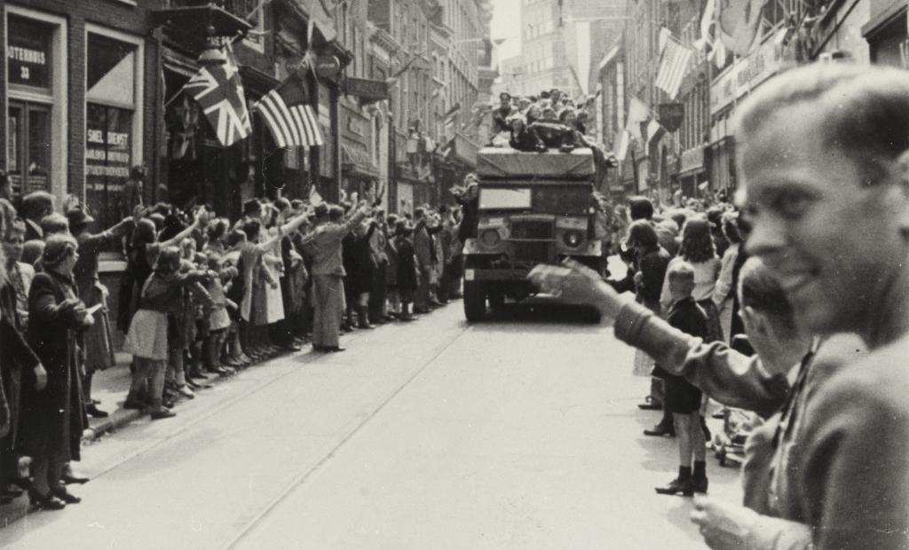 Grote vreugde in Haarlem bij de Bevrijding.  Archief © BDU media
