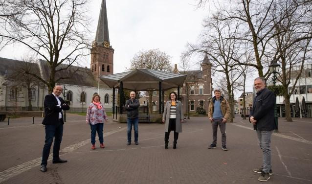 Vandaag gaat de Baarnsche Courant haar 125e jaargang in. De redactie liet zich vanochtend zien op de Brink in Baarn.