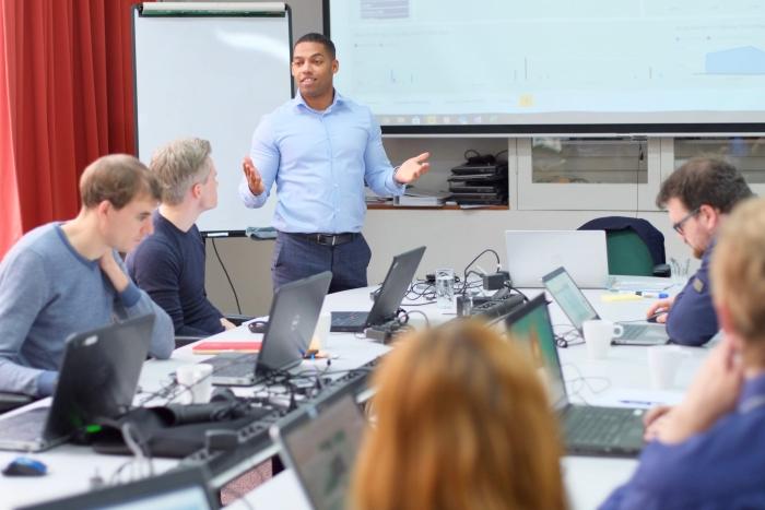 In kleine lesgroepen worden de studenten opgeleid tot ICT-professional.