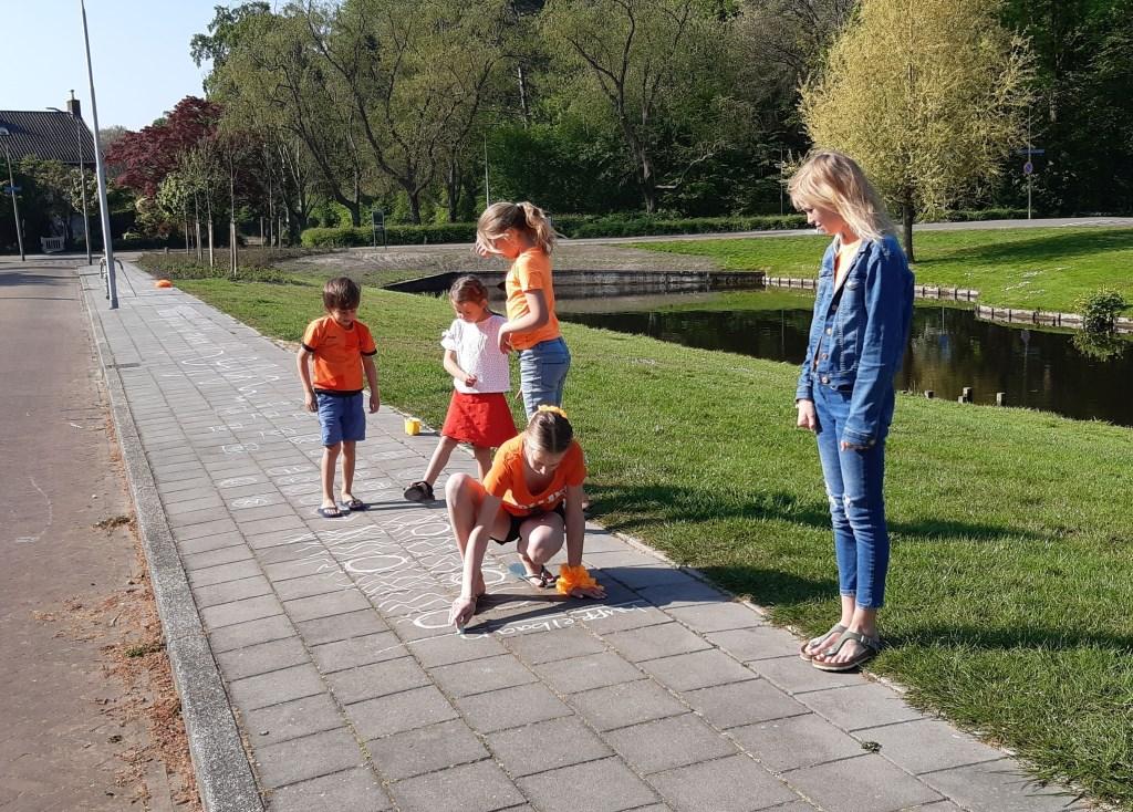 Met krijt zijn er veel spelletjes denkbaar op de stoep van Trompenburg. Monique Sons © BDU media