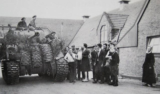 Tank bij boerderij De Harscamp. Foto uit de oorlogsboeken van frater Apolonius. Collectie Evert van de Weerd © BDU Media
